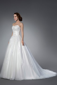 Brilliant A-line Sleeveless Tulle Appliques&Sequins Sweetheart Chapel Train Wedding Dress