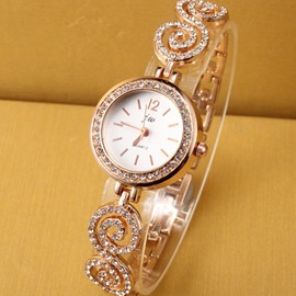 Rhinestone-studded Luxurious Golden Watch